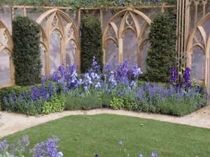 Цветочное оформление луковичными и вьющимися растениями.